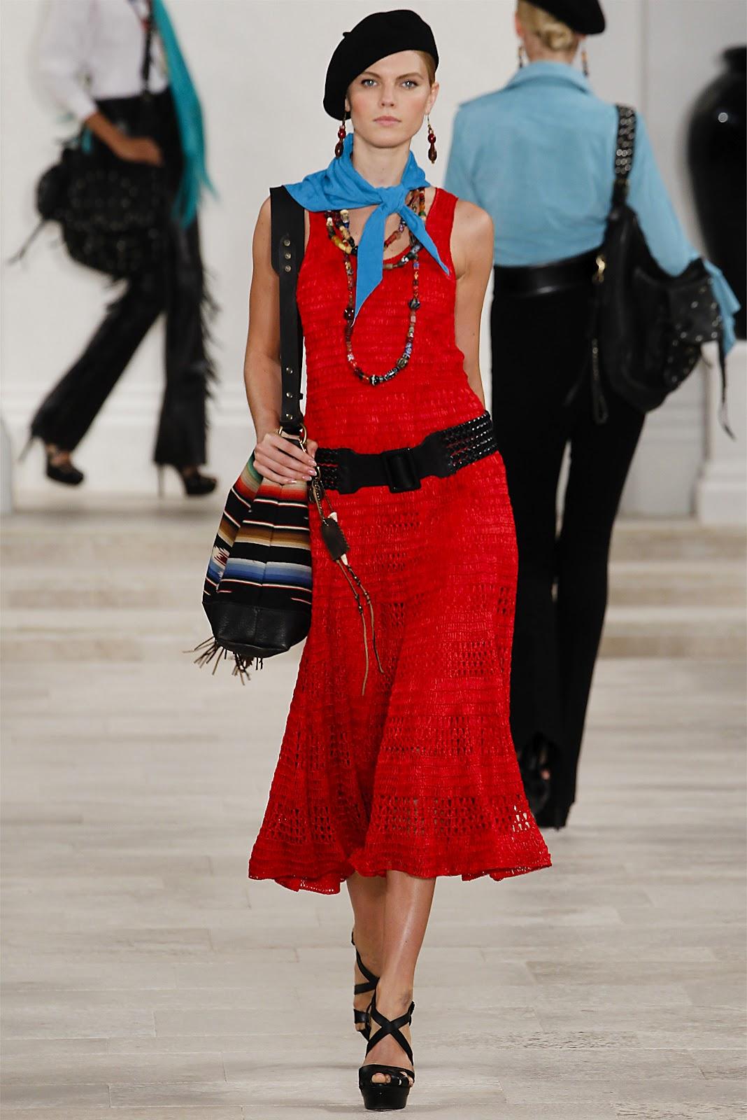 Красное платье в стиле ретро с милой береткой