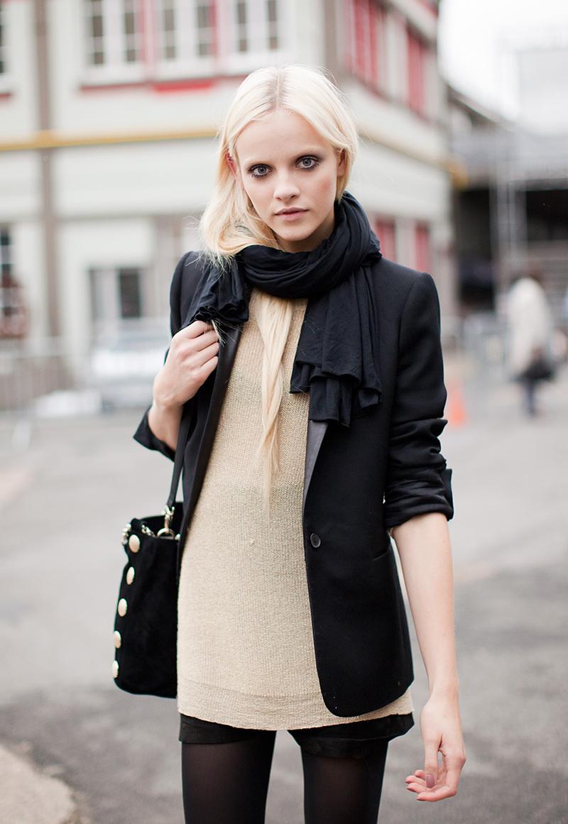 Варианты, как модно носить шарф в этом сезоне – фото новинки и тренды уличной моды