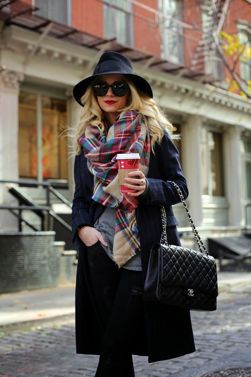 Тренд сезона – клетчатый шарф. Фото, как красиво носить шарф в этом сезоне.
