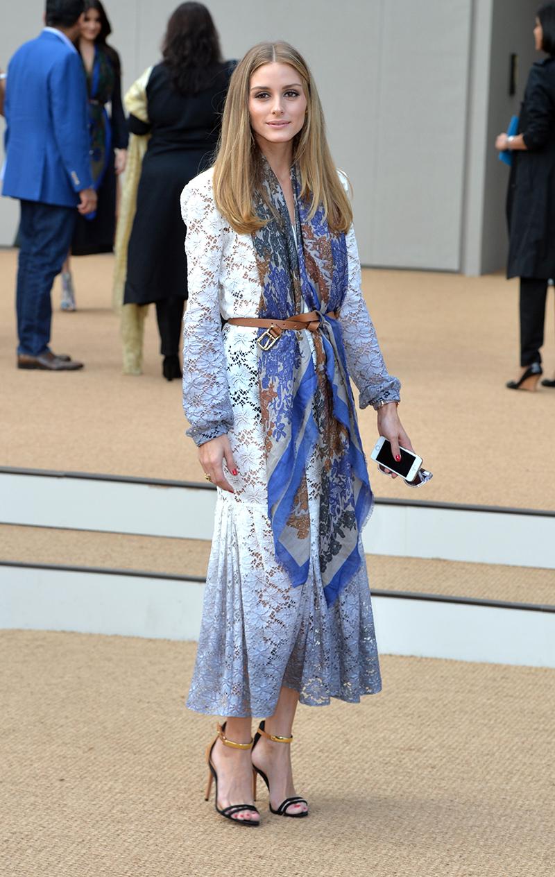 Новый тренд – как носить платок, заправленный под ремень на пальто