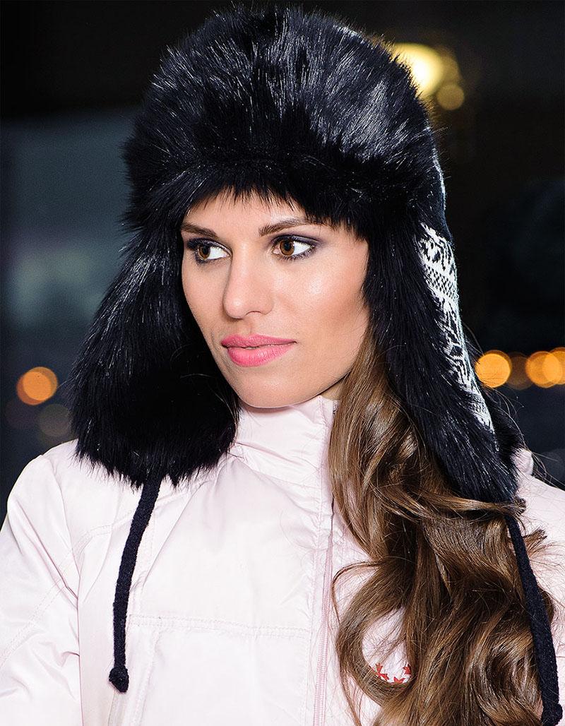 Модель модной шапки ушанки с узором и меховой отделкой - фото новинки и тренды сезона