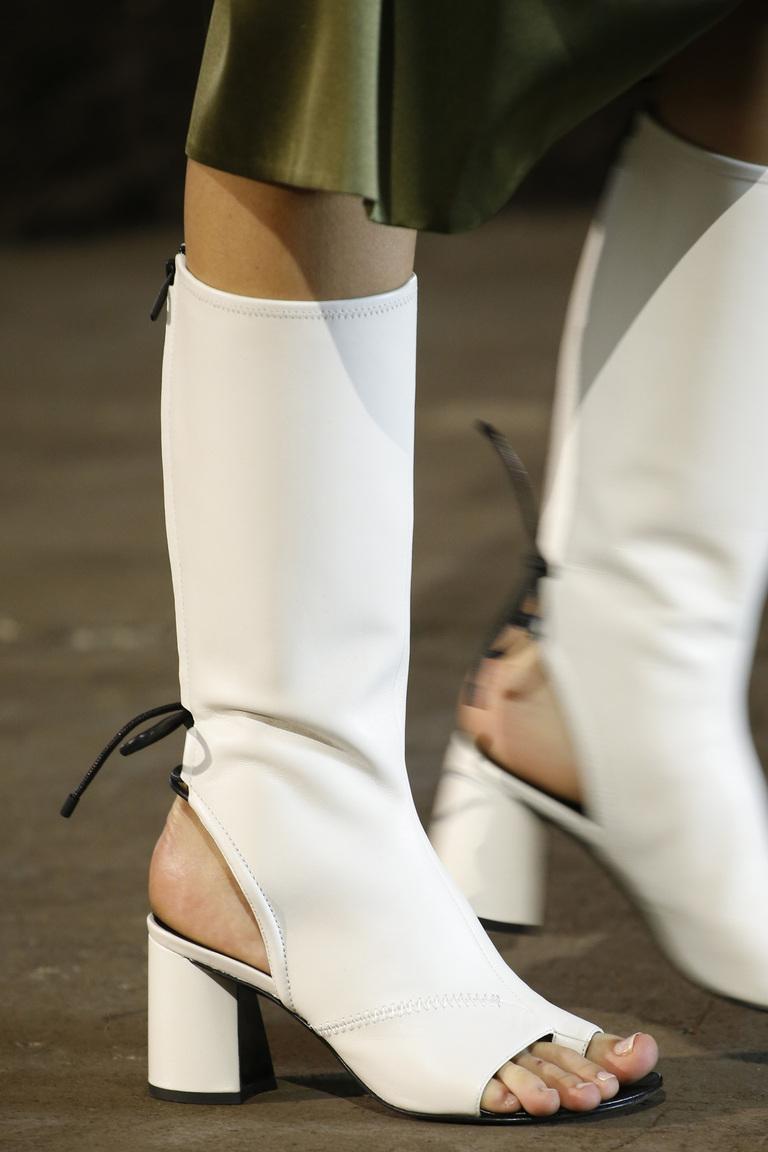 Новинка этого сезона 2016– обувь – белые сапоги, с открытым носом из коллекции 3.1 Phillip Lim