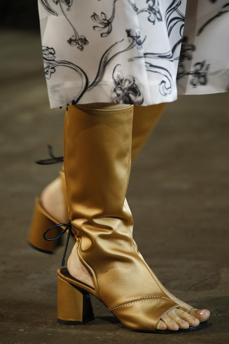 Золотые сапоги с открытой носочной или пяточной частью из коллекции 3.1 Phillip Lim