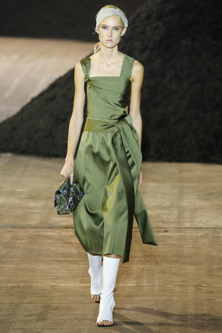 Модные цвета одежды весной 2016-платье цвета хаки из коллекции Phillip-Lim.