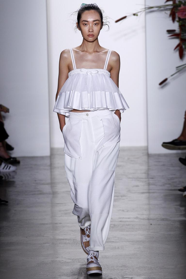 Тренд весны–2016 – широкие брюки, которые доходят до щиколоткииз коллекции Adam Selman.