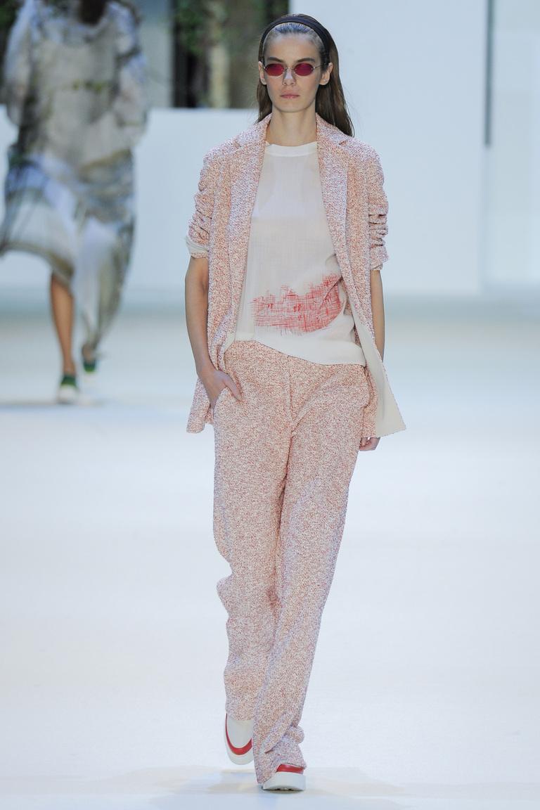 Модные цвета весны 2016-нежно розовое брючный костюмиз коллекции Akris.