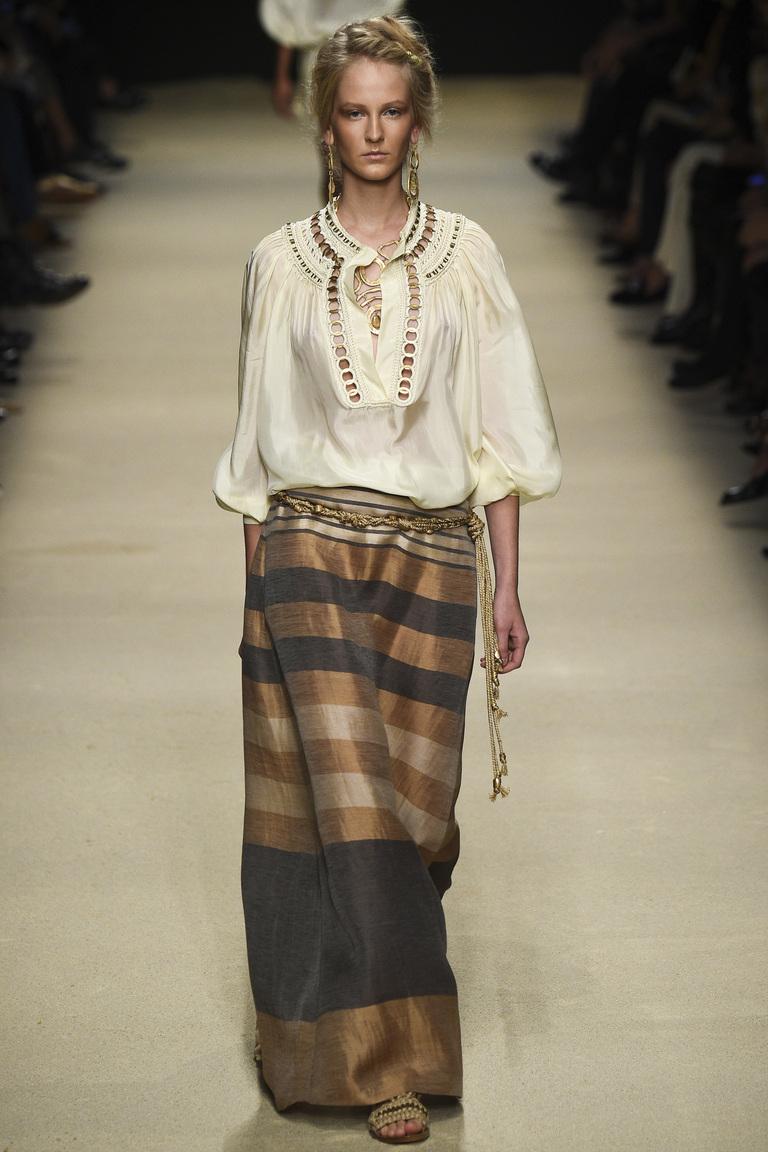 Многослойность, складки и драпировки – всё это предлагает уличная мода весной 2016 из коллекции Alberta Ferretti.