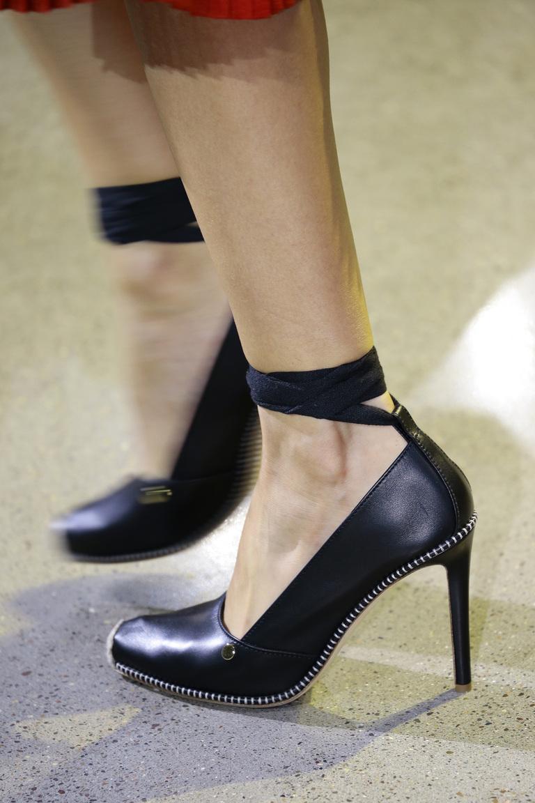 Весна 2016 туфли навысоком каблуке завязками в области лодыже от Altuzarra