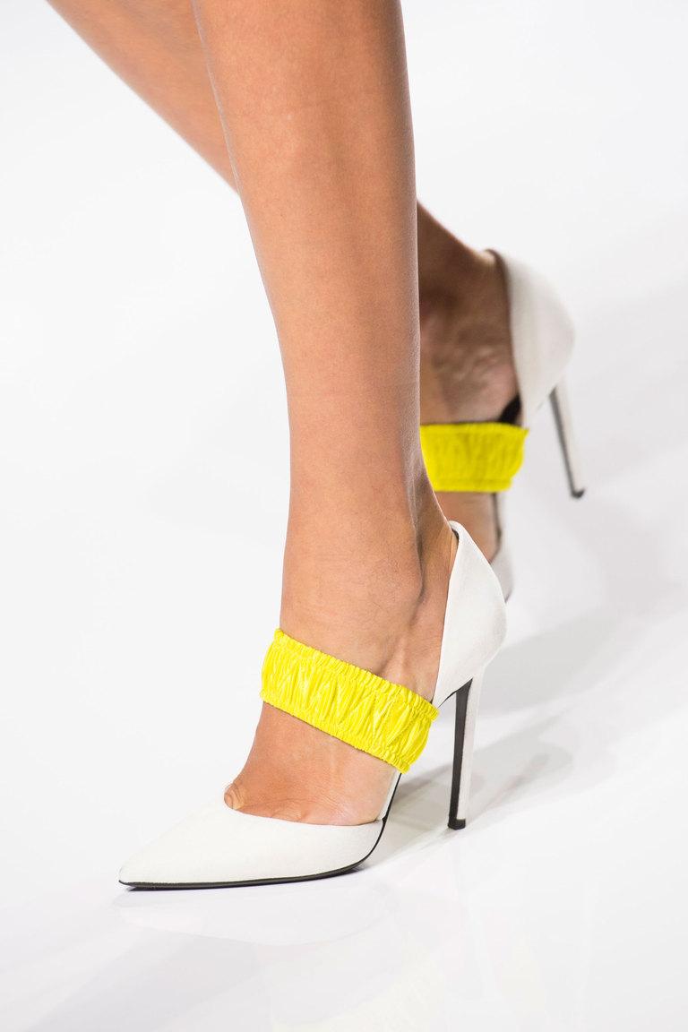 Модные туфли весна 2016 на каблуке с острым носом из коллекции Atelier-Versace