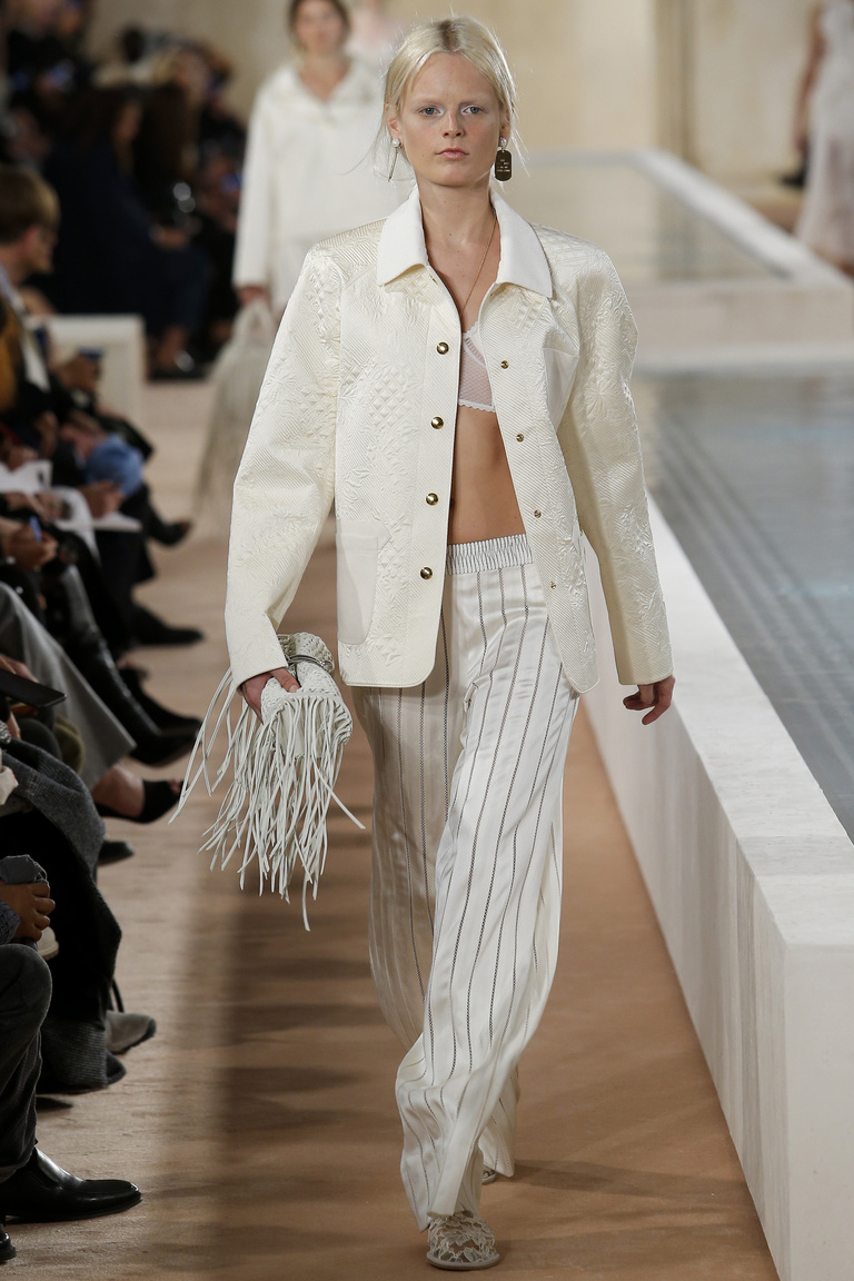 Мода весна костюмы, выполненные в пижамном стиле изколлекции Balenciaga.