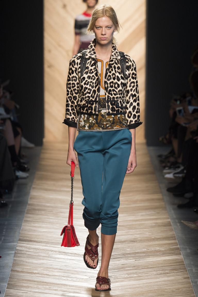 Мода весной 2016 года (фото) предлагает самые разные фасоны брюк: капри из коллекции Bottega Veneta.