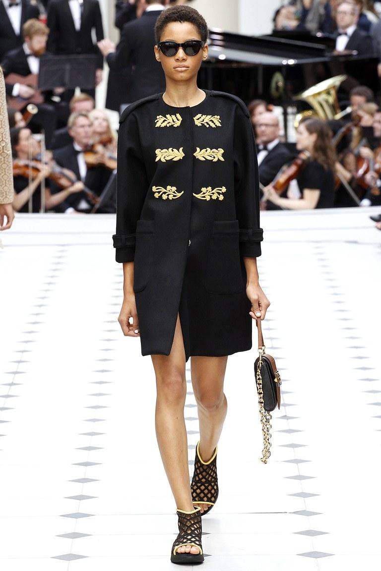 Мода весны 2016 верхняяодежда из коллекции Burberry.