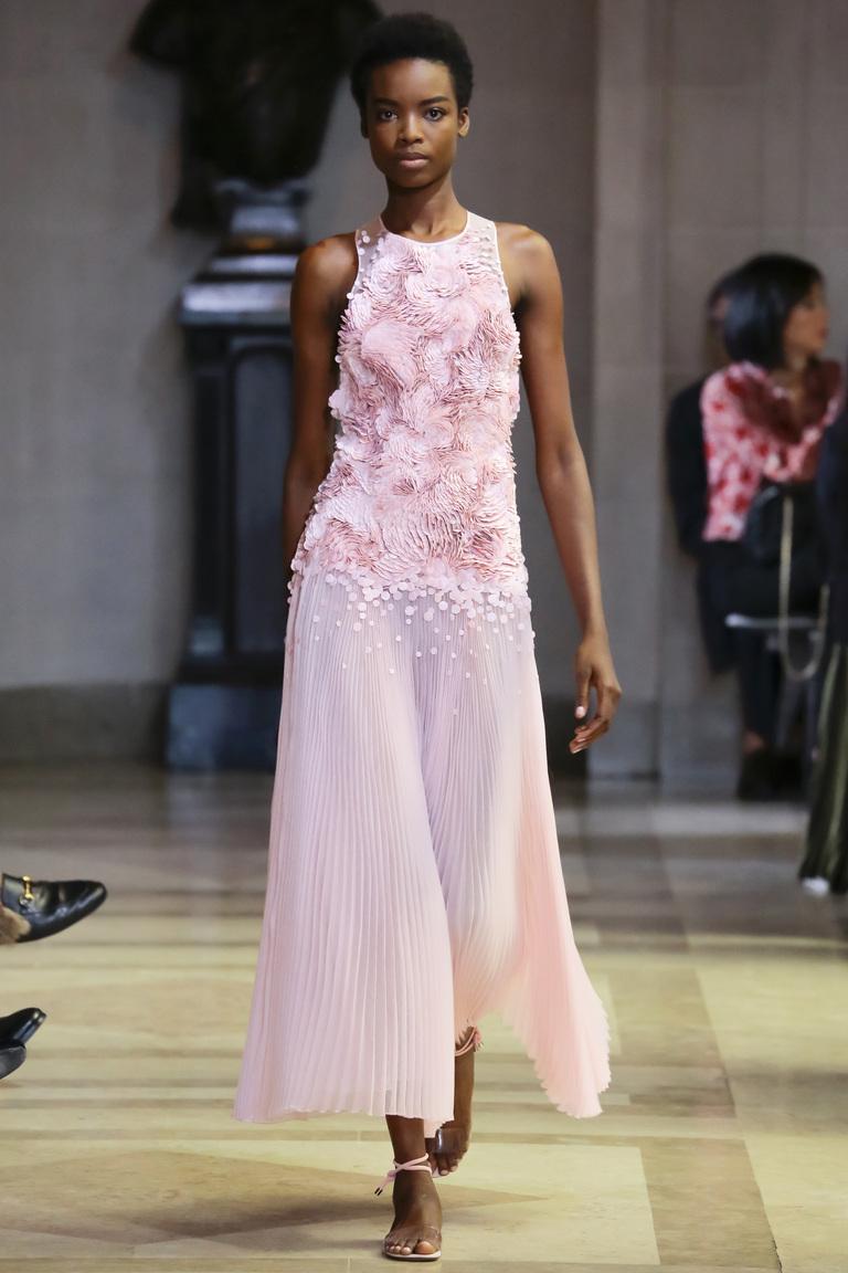 Модные цвета весны 2016-нежно розовое платье из коллекции Carolina Herrera.