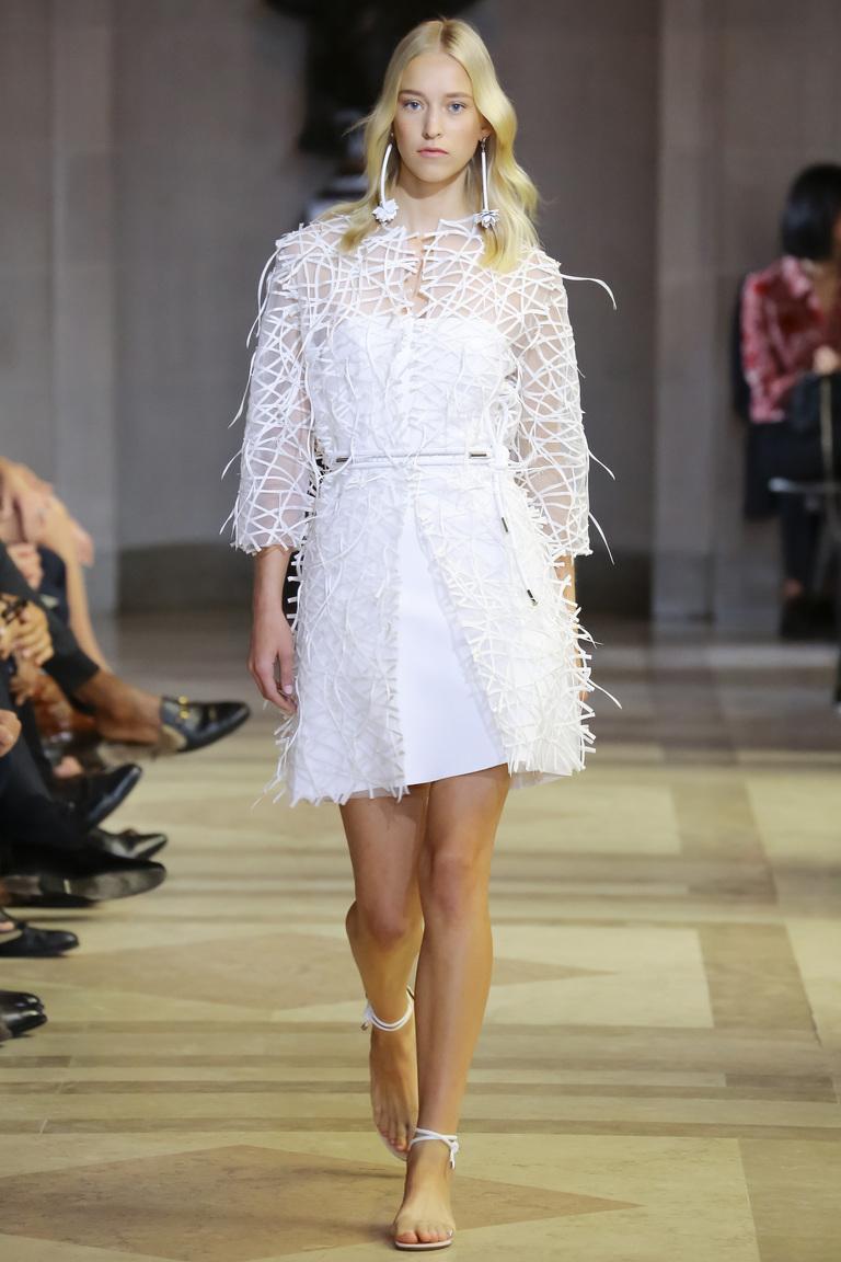 Тенденции весны 2016 предлагают модницам кружево изколлекции Carolina Herrera.