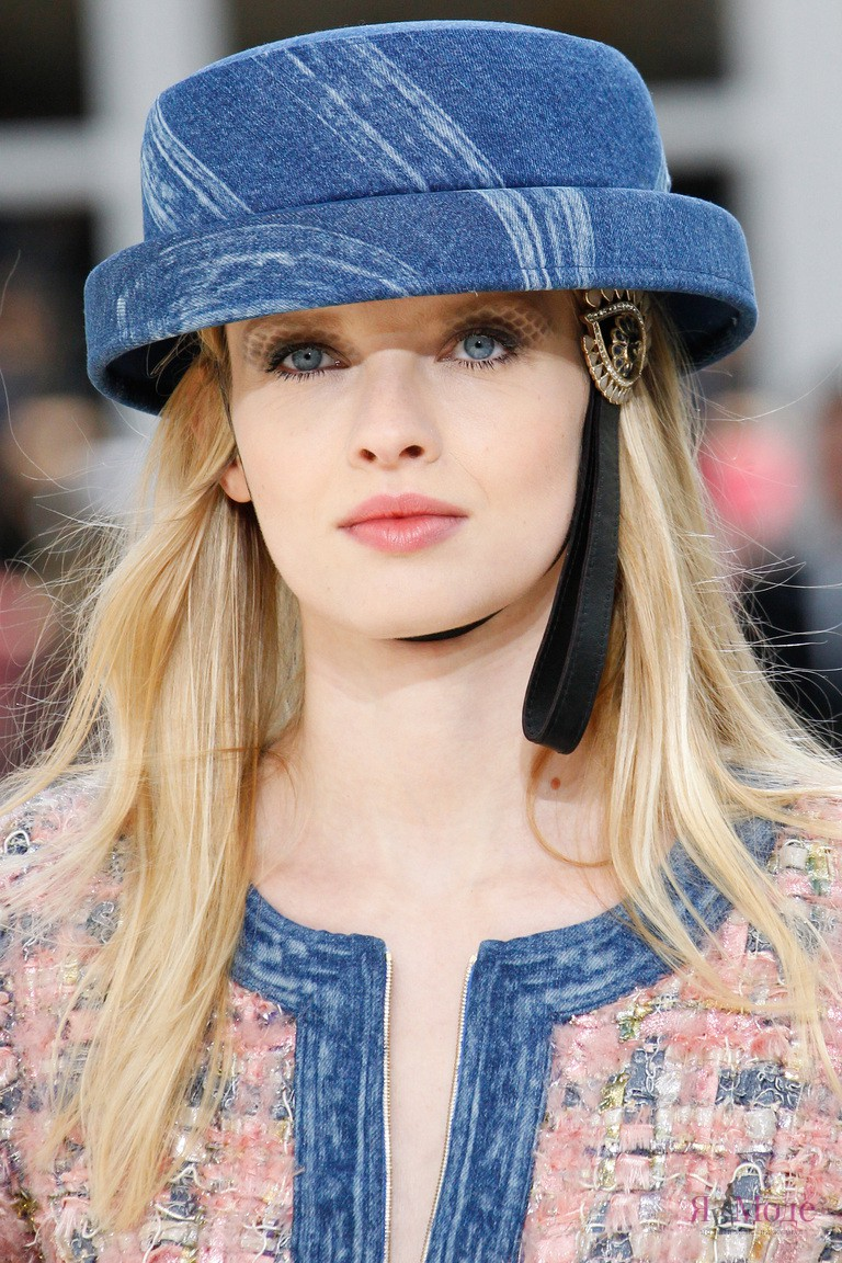 Новые аксессуары в коллекции Chanel осень-зима 2016-2017, показ на неделе моды в Париже