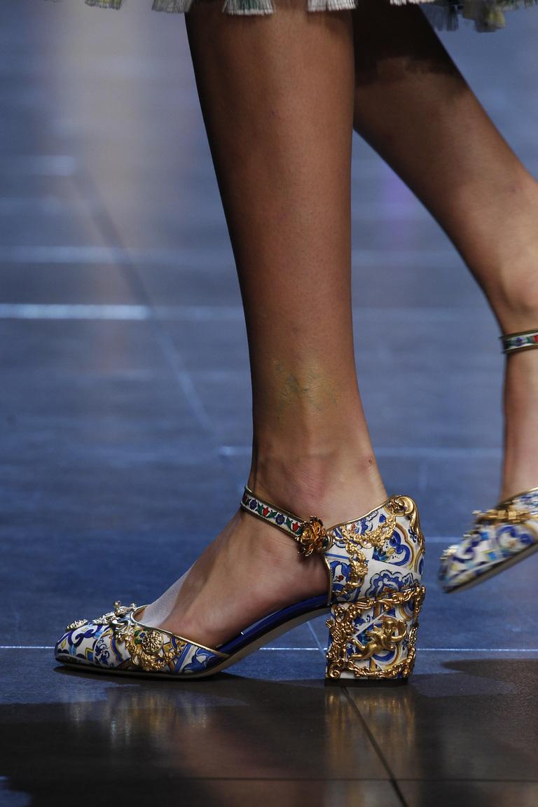 Модной обувь весной 2016-туфли на очень удобном каблуке и необычной раскраски из коллекции Dolce & Gabbana