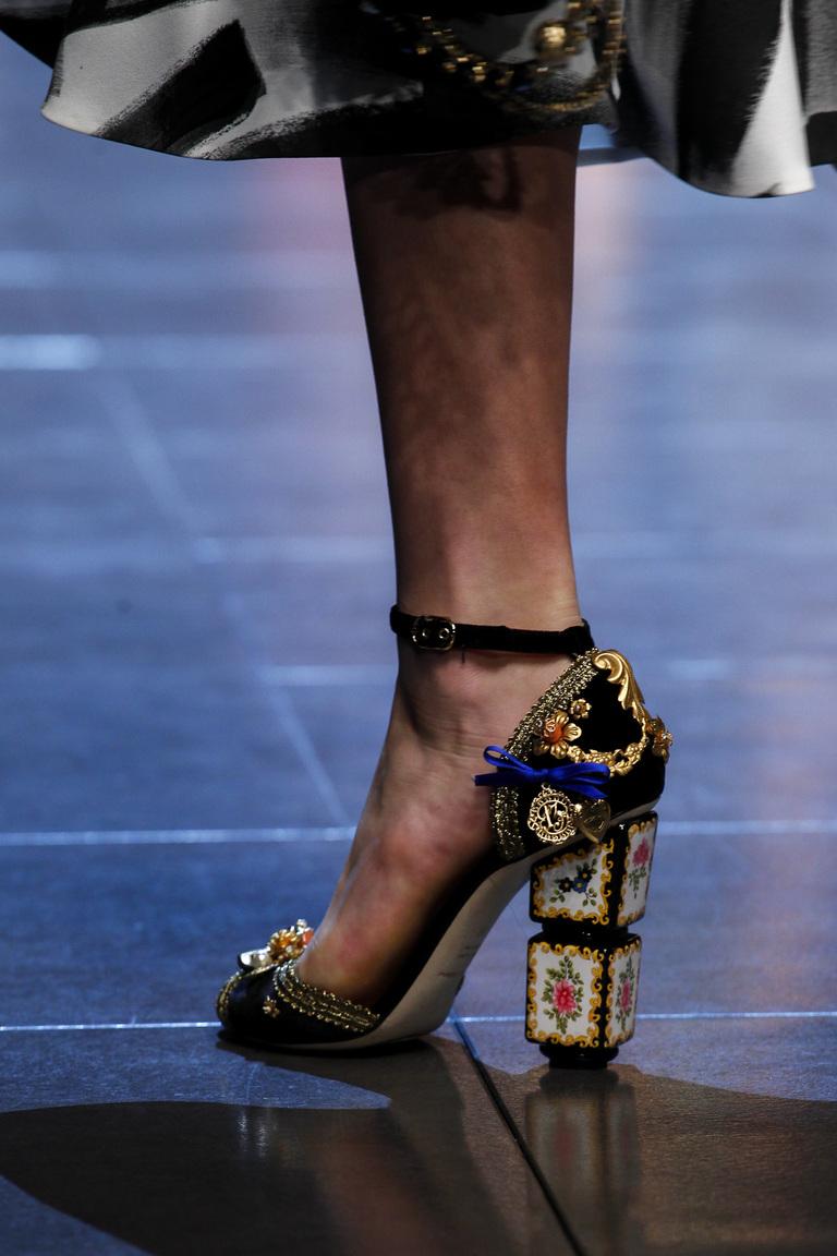 В сезоне весна 2016 прекрасно дополнят любой тип обуви прямоугольные каблуки. Или каблуки совершенно необычной формы из коллекции Dolce & Gabbana
