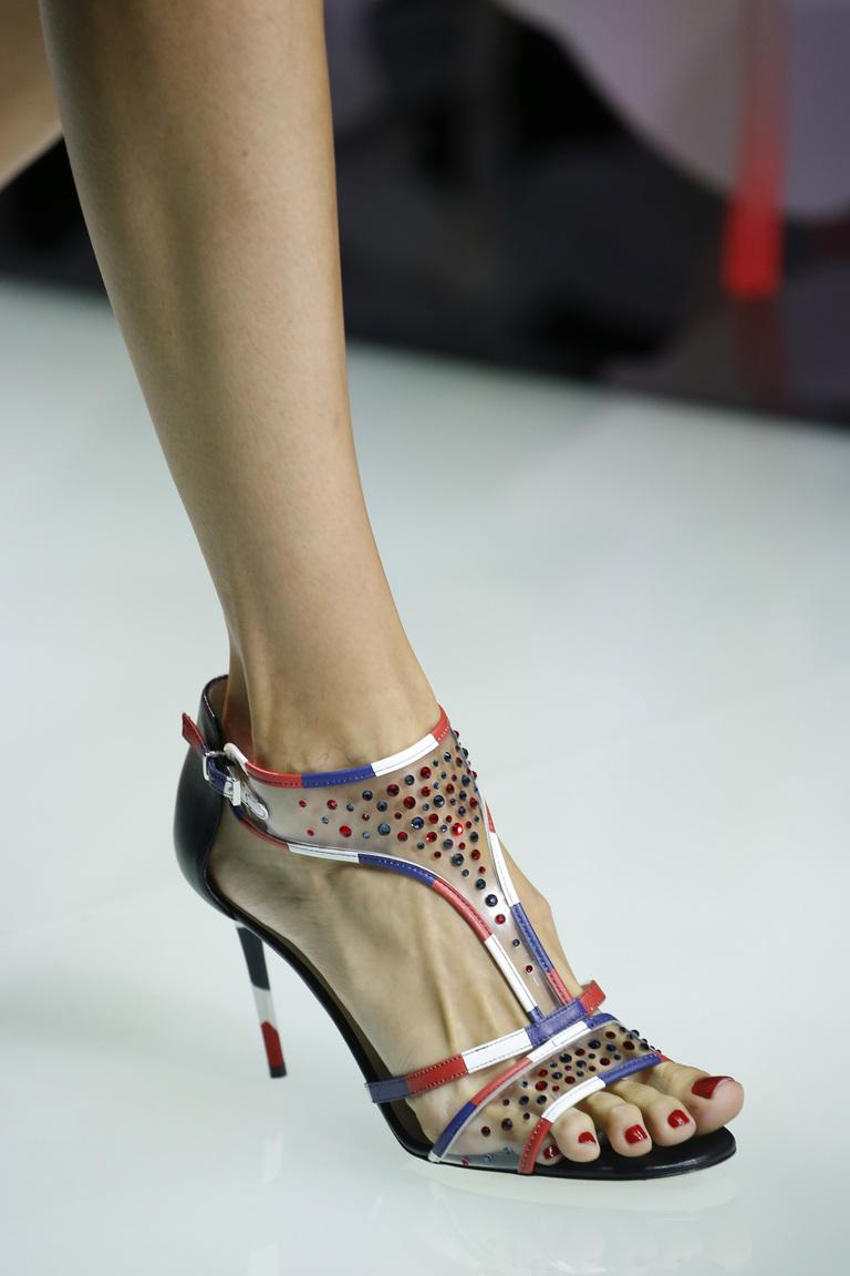 Модные элегантные босоножки на тонком высоком каблуке весна 2016 от Giorgio Arman