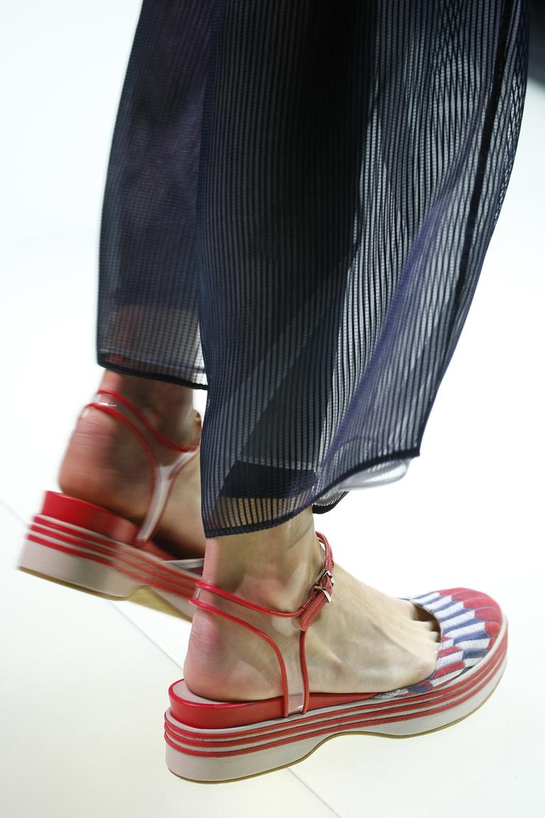 Модные босоножки сезона весна 2016 на толстой подошве и закрытым носом из коллекции Giorgio Arman