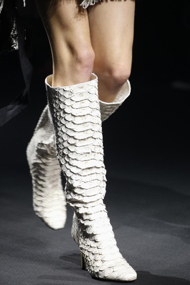 Красивые необычные белые сапоги ботфорты из коллекции Lanvin