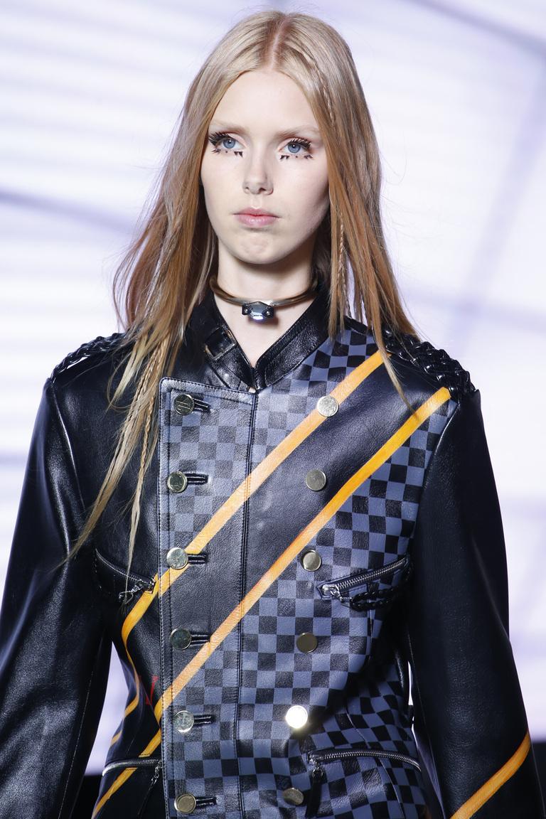 """Макияж весна-лето 2016 так называемая """"рваная"""" тенденция из коллекции из коллекции Louis Vuitton."""