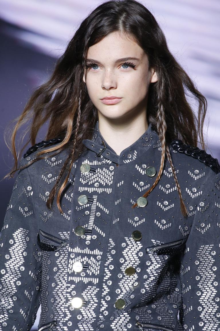 Макияж весна-лето 2016 с обильным слоем туши для ресниц из коллекции из коллекции Louis Vuitton.