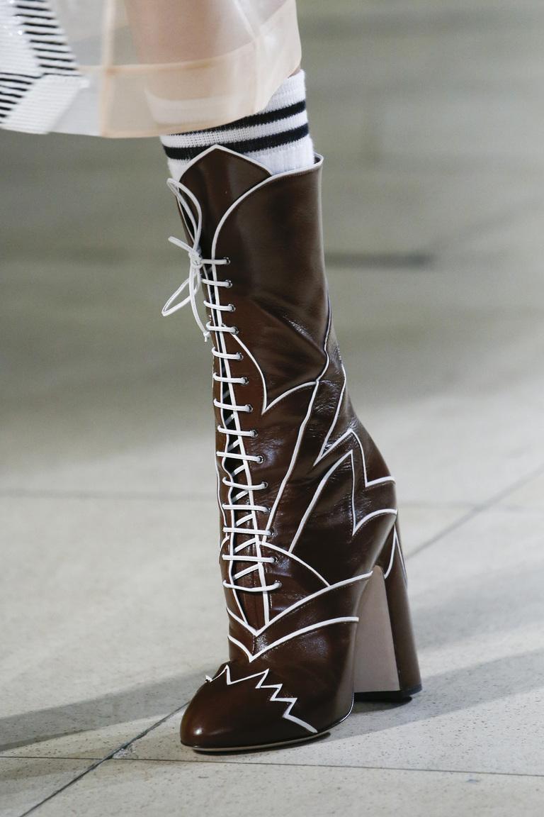 Яркие черные сапоги на устойчивом венском каблуке от Miu Miu