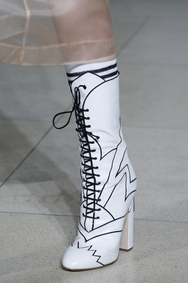 Яркие белые сапоги на устойчивом венском каблуке от Miu Miu