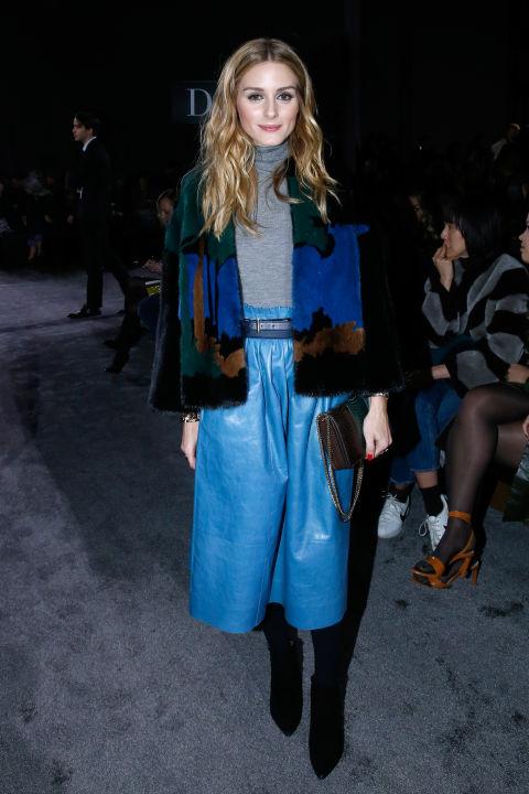 Кожанная ярко-синяя расклешённая юбка. Серый джемпер и укороченное пальто- идеальный лук от Оливии Палермо.