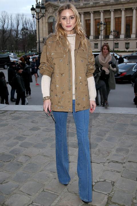 Лёгкая куртка бежевого цвета с джинсами