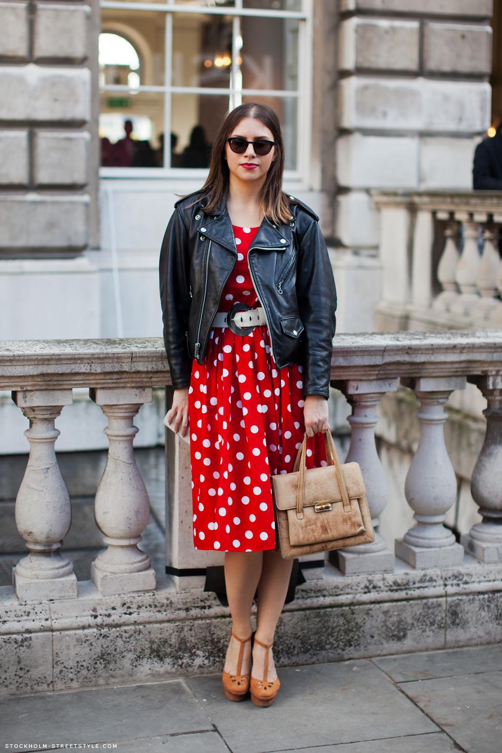 Страстное платье красного цвета в белый горошек и с интересным сочетанием с курткой косухой - фото новинки и тренды сезона