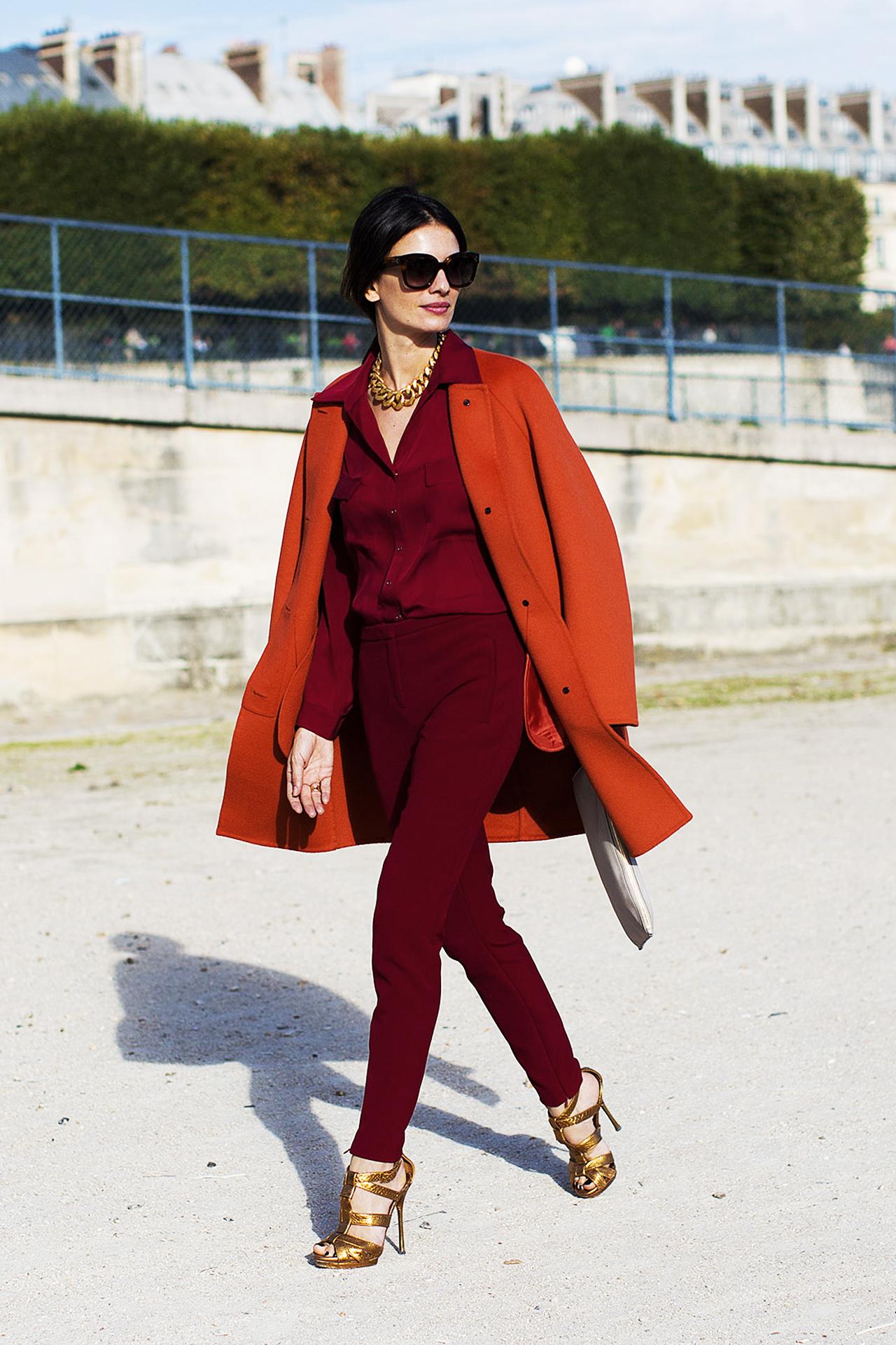 Яркие фото новинки: красный цвет одежды с бордовым