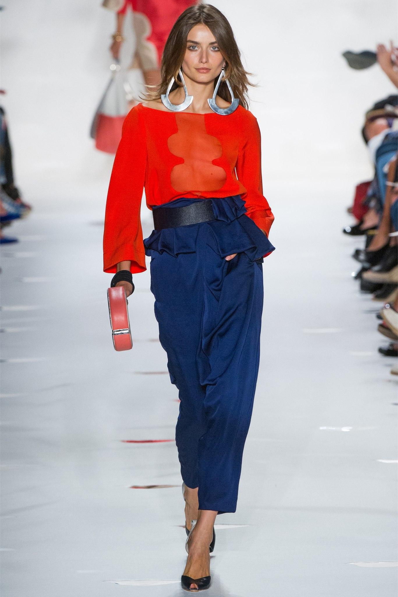 Сочетание красного цвета с синей одеждой