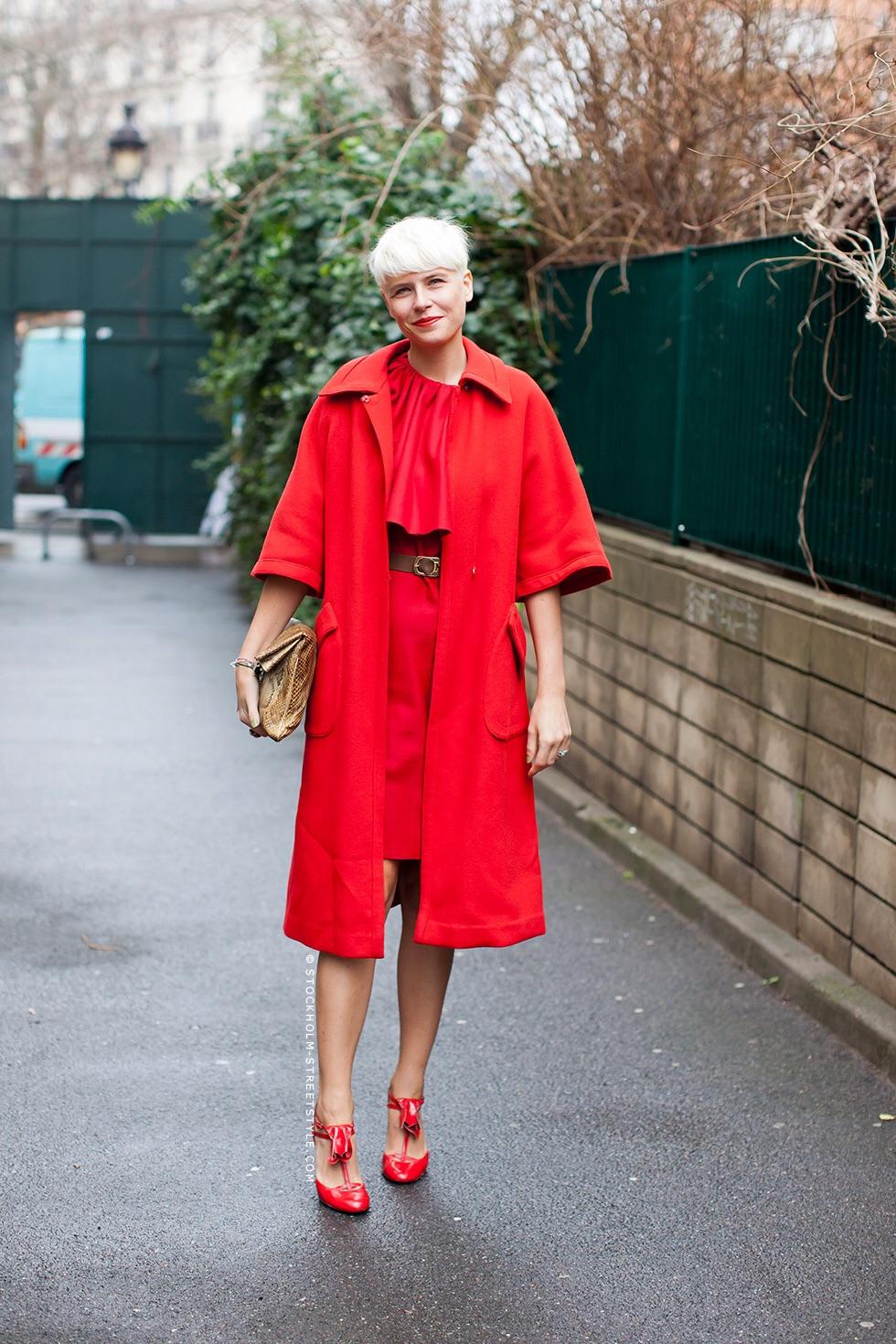 Страстный красный цвет в одежде – сочетание красного платья, пальто и туфель
