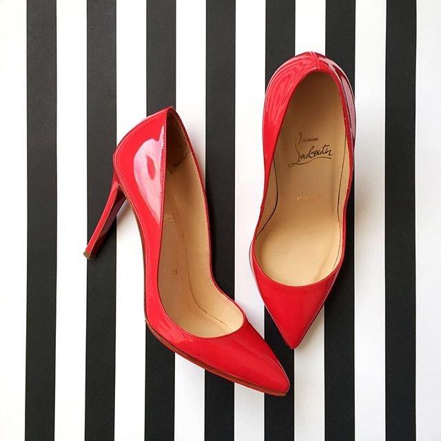 Красные роскошные туфли лабутены