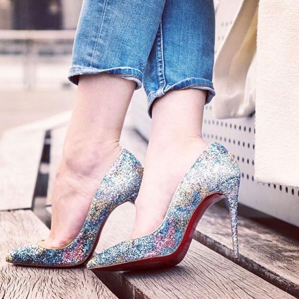 Цветные туфли лабутены в сочетании с джинсами