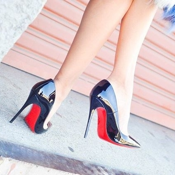 На фото: роскошные черные туфли на высокой шпильке