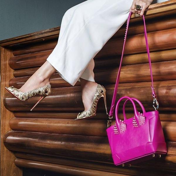 Изящные яркие туфли лабутены и фиолетовая сумочка