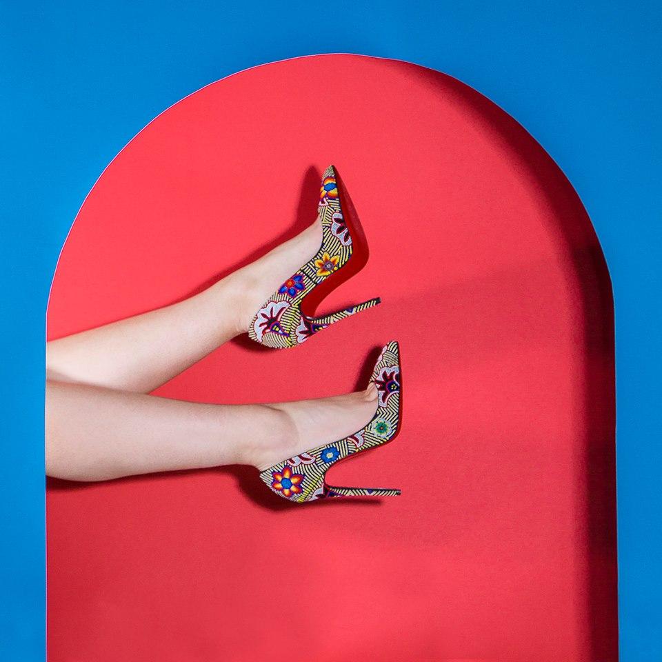 Смелые девушки предпочитают яркие цветные туфли, но самый практичный выбор - это одноцветные.