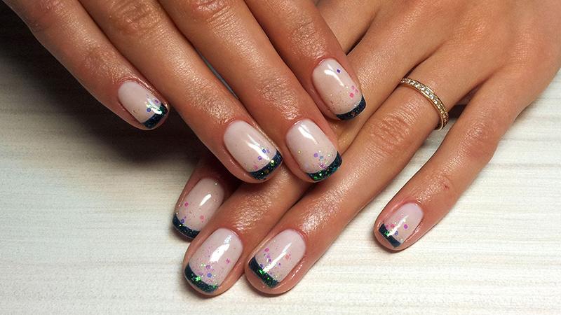 Тренд маникюра 2016– короткие ногти с природными скромными пастельными тонами.