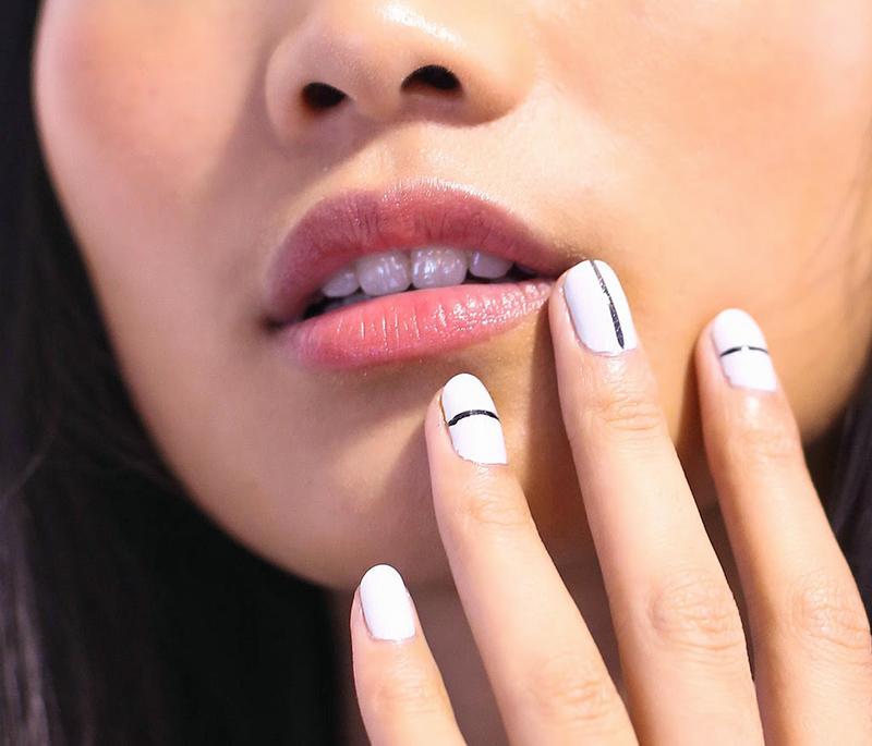 Домашний маникюр с нанесением полосок на ногти любого расположения и размеров.