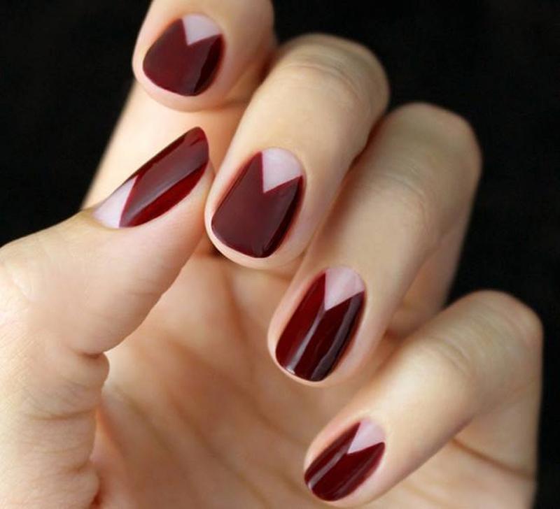 Все разнообразие цветов и форм сводится к минималистской округлой форме ногтя, длина которого не превышает 5 миллиметров.
