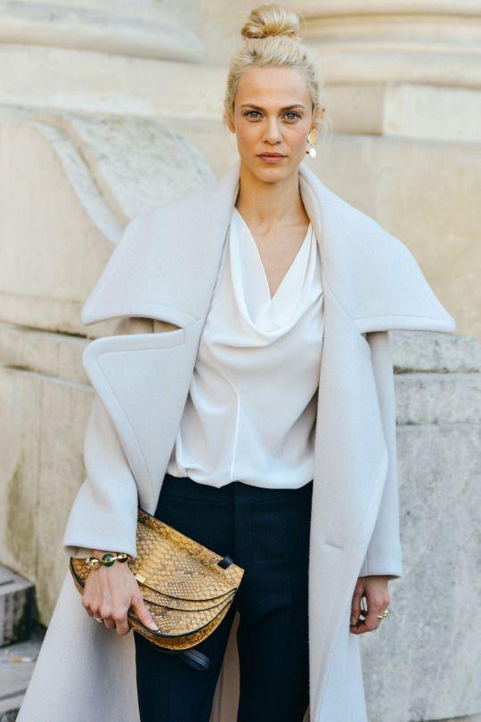 Объемная модель модного весной 2016 года пальто. Обратите внимание на светлые и серые оттенки, очень популярны.