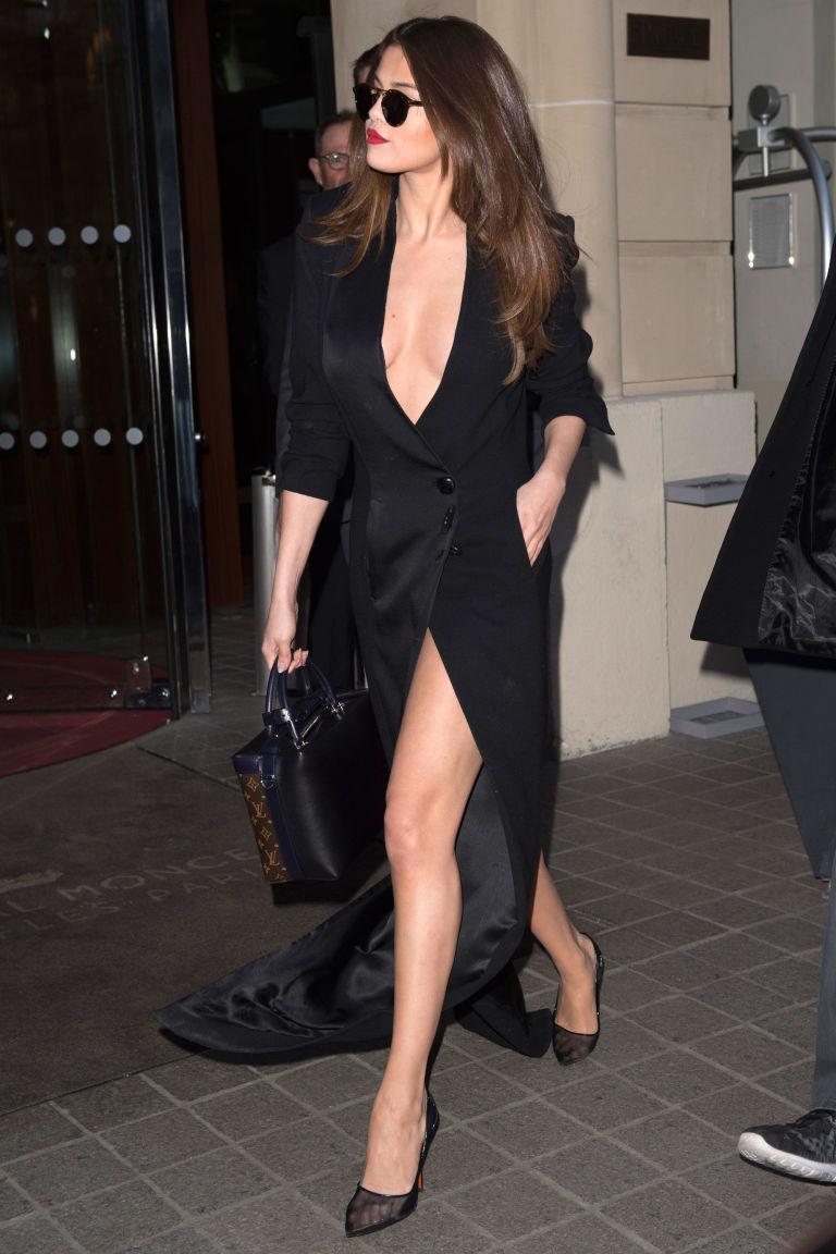 Черное платье Селены Гомес
