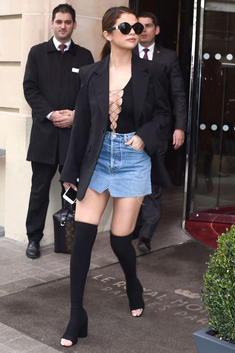 Чтобы стать похожей на настоящую француженку, на неделе моды в Париже Селена надела мини юбку из денима, смелый топ со шнуровкой, сапоги и гольфы.