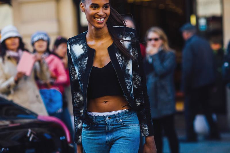 Весна 2016-вечная джинса, куртка косуха и коротенький топ. Уличная мода Париж 2016.