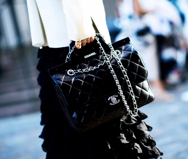 7-handbags-carried-by-the-worlds-most-powerful-women-1014003.640x0c