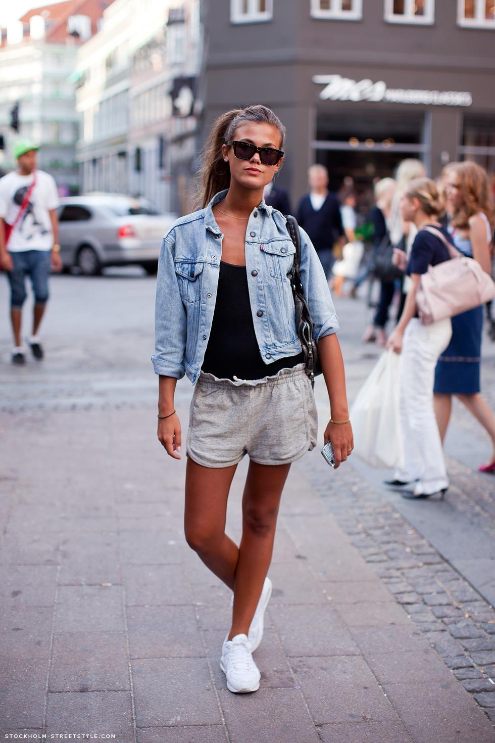 Стиль 90-х: модная джинсовая куртка и шорты.
