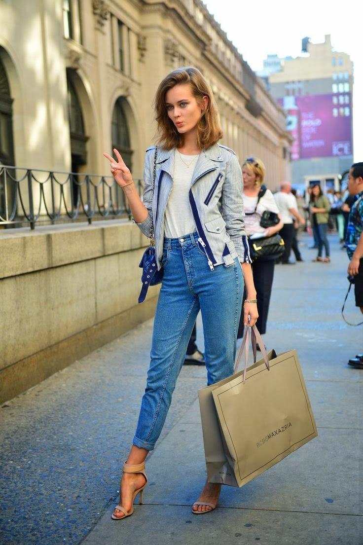 Стиль 90-х: модная джинсовая куртка и джинсы.