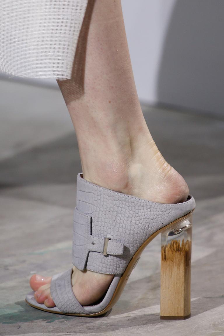 Модные туфли весна-лето 2016 - босоножки на толстом каблуке из коллекции BOSS Hugo Boss.